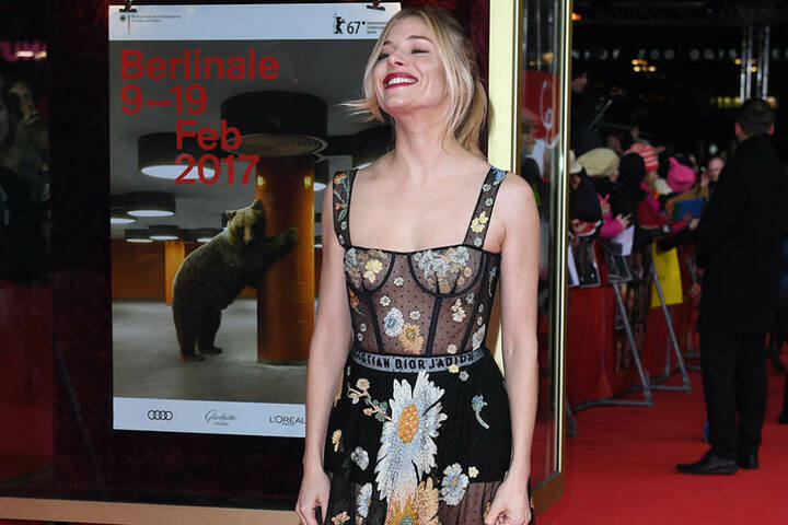 Sexy in Christian Dior: Unter dem Kleid trug die Schauspielerin nur passende Pantys.