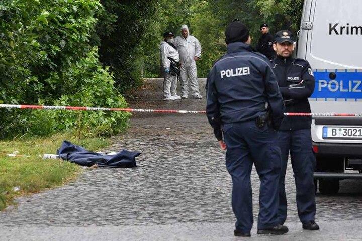 Die Leiche lag versteckt in der Nähe eines Bahndammes.