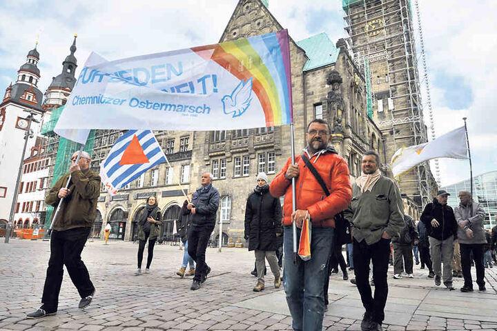 Rund 200 Teilnehmer brachen am Rathaus zum 28. Chemnitzer Ostermarsch auf.