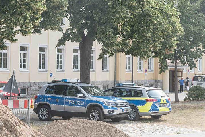 Vor dem Gebäude des Statistischen Landesamtes hielt die Polizei die Stellung.