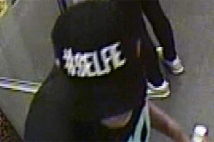 Diese Mütze setzte der Verdächtige auf, nachdem er den Überfall begangen haben soll.