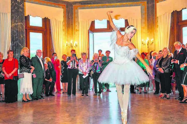 Als Hommage an seine erste Kundenreise nach Dresden tanzt eine Ballerina der Semperoper.