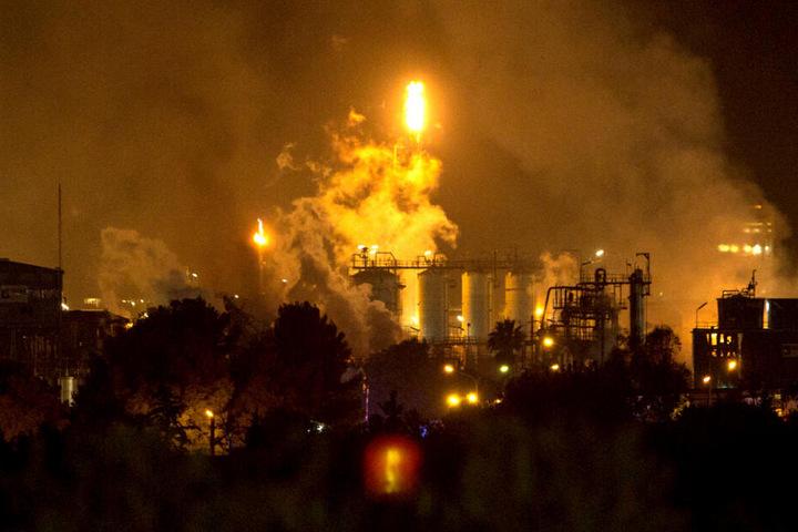 Rauch steigt nach einer Explosion in einem Chemiepark in der Nähe der nordostspanischen Hafenstadt Tarragona auf.