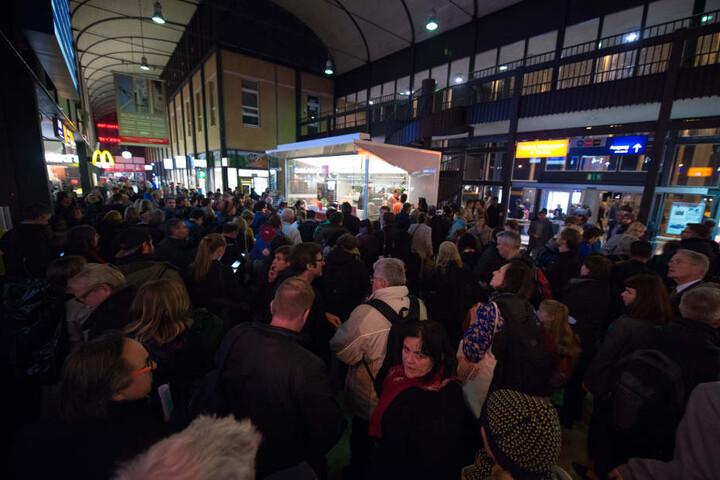 Die Bahnreisenden drängen sich auf dem Bahnhof in Kassel-Wilhelmshöhe um den Informationsschalter.