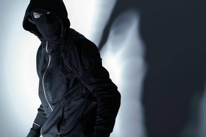 Maskiert und mit einer Machete bewaffnet überfiel der unbekannte Mann das Wettbüro. (Symbolbild)
