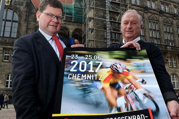 Roland Kaiser (77,l.) vom Polizeisportverein und Sportbürgermeister Philipp Rochold (54, parteilos) zeigen eine der neuen Plakate, die bald überall in der City hängen.