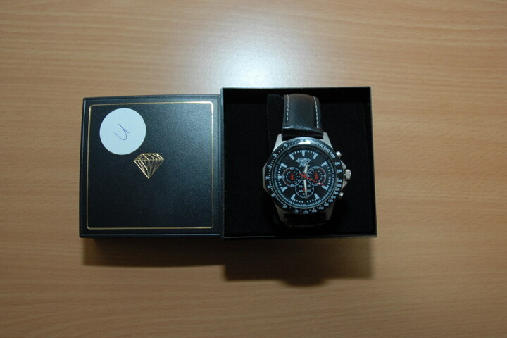 In einem schwarzen Kästchen mit Diamantaufdruck befand sich diese Uhr.