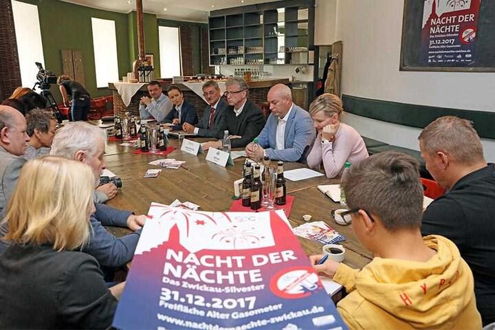 Jürgen Flemming (rechts: 4.v.l.), Geschäftsführer der Kultour-Z GmbH in Zwickau, kündigte ein überragendes Feuerwerk an.