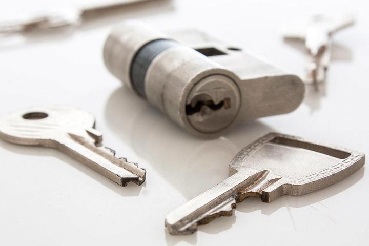 Deponieren Sie einen Zweitschlüssel am besten bei einer Vertrauensperson.