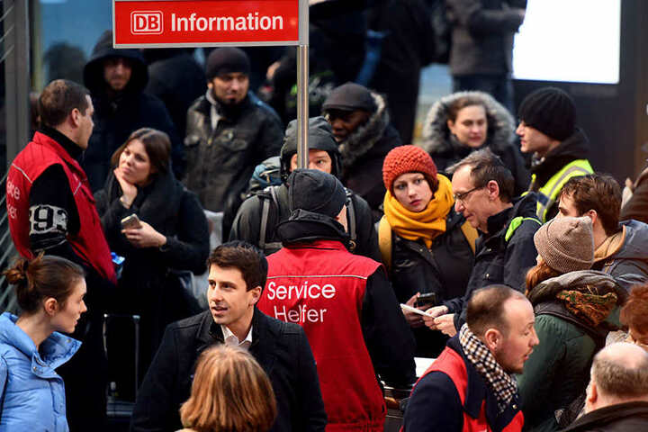 """Gestrandete Bahnreisende warten im Hauptbahnhof auf Auskunft, da die Deutsche Bahn den Fernverkehr wegen des Sturms """"Friederike"""" bundesweit eingestellt hat."""