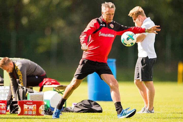 Er kann's selbst auch noch! Trainer Uwe Neuhaus fixiert den Ball, wenig später trifft er den in perfekter Schusshaltung.
