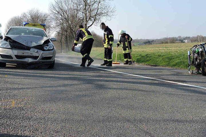 Die Feuerwehr musste auch auslaufende Betriebsmittel binden und beseitigen.