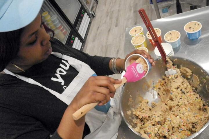Der rohe Keksteig wird gleich kugelweise im Becher und wahlweise auch mit Eiscreme oder Streuseln angeboten.
