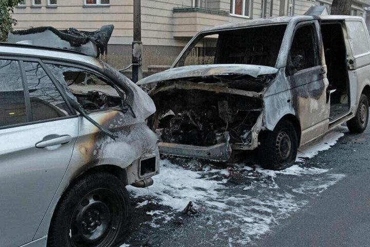 In der Nacht hatten unbekannte Täter das Fahrzeug angezündet. Die Flammen griffen auch auf einen Pkw über, der vor dem Transporter geparkt war. Zwei Fahrräder wurden ebenfalls zerstört.