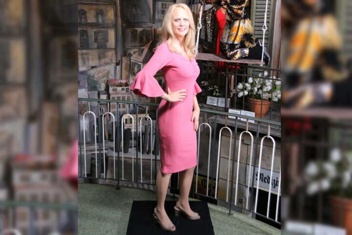 Auf Stöckelschuhen und im rosa Kleid steht Barbara Schöneberger für ihre Fans als Wachsfigur parat.