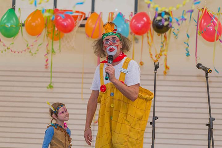 Die Ehrenamtler taten viel, um die Kinder glücklich zu machen, buchten sogar einen Clown.