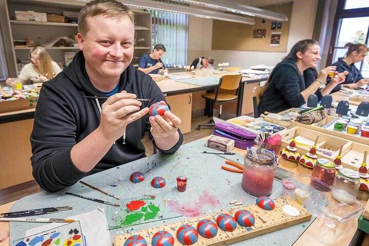 Der Amerikaner Tim Gruber (23) lernt im Erzgebirge das Männelmachen.