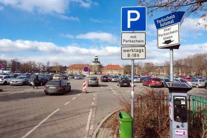 Knöllchenhandel auf dem Parkplatz auf dem Platz der Völkerfreundschaft. Dort darf nur stehen, wer einen Tagesticket über zwei Euro zieht.