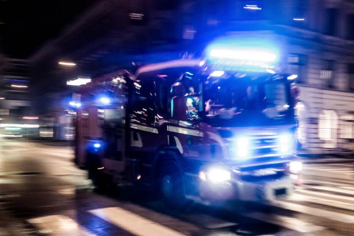 Mit einem Großaufgebot eilten Rettungskräfte zur Unfallstelle. (Symbolbild)