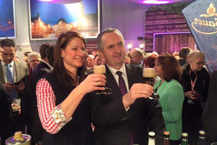 """Landwirtschaftsminister Thomas Schmidt (56, CDU) und """"Eibauer""""-Geschäftsführerin Julia Böhmer (41)."""