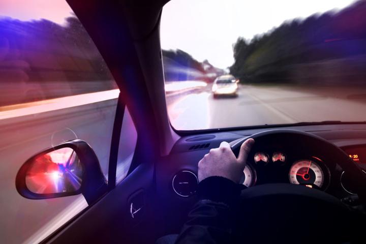 Durch seine aggressive Fahrweise gefährdete der Mann offenbar auch andere Autofahrer. (Symbolbild)
