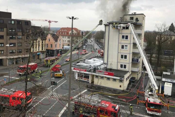 Seit fast 24 Stunden sind die Feuerwehrleute inzwischen im Einsatz.