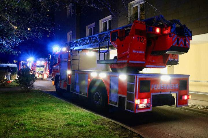 Drei Bewohnerinnen und zwei Polizisten wurden durch eingeatmeten Rauch verletzt.