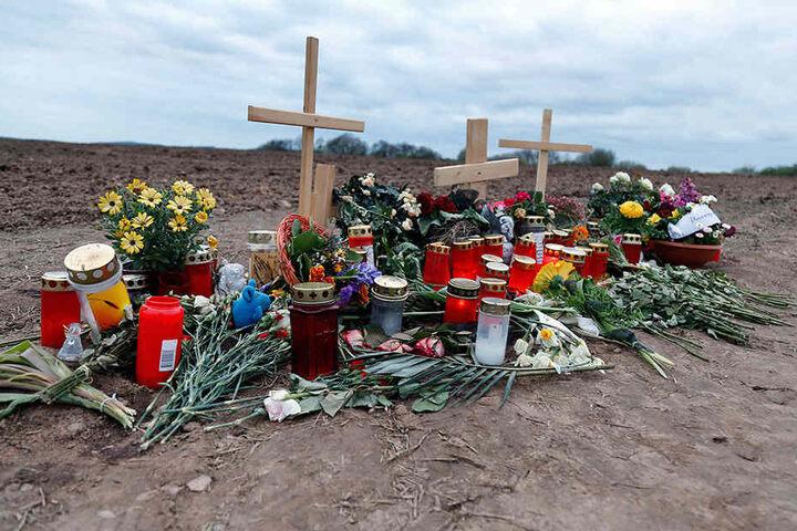 Mit Blumen, Kerzen und Kreuzen  erinnerten Verwandte und Freunde an den ermordeten Rico S. (28) aus Chemnitz.