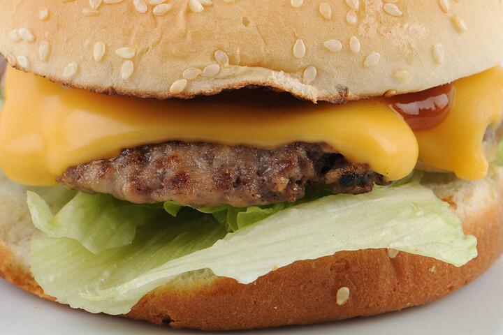 Hemmungsloses Vollstopfen mit Junk Food kann nach Erkenntnis von US-Forschern genauso abhängig machen wie Drogen.