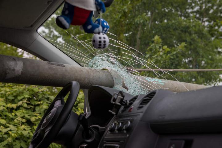 Das Metallteil ragt gefährlich weit in das Fahrzeug hinein.