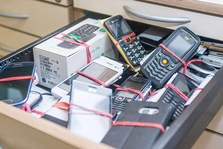Platz eins auf der Liste der verlorenen Gegenstände: Handys - hier im  städtischen Fundbüro.