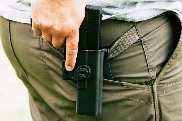 Der Polizist zog seine Waffe und gab einen Warnschuss ab, als der Audi auf ihn zuhielt (Symbolbild).