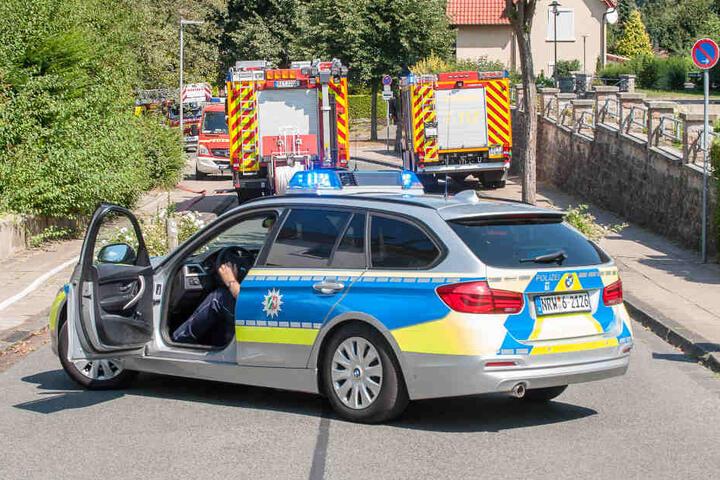 Die Polizei sperrte die Straße für die Löscharbeiten