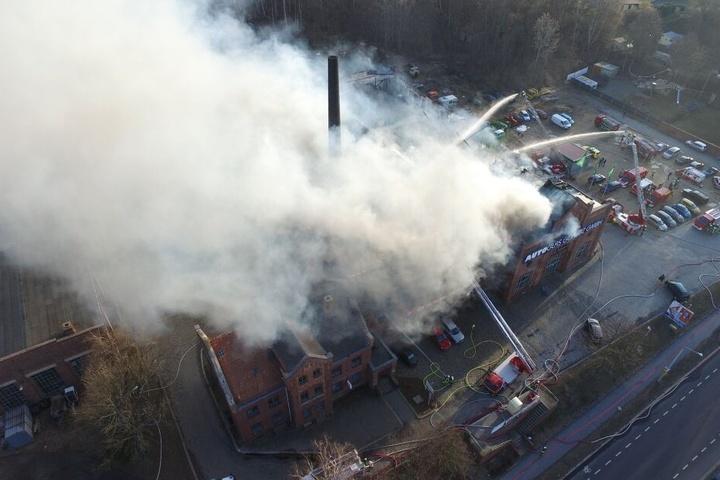 Die Halle brannte komplett ab.