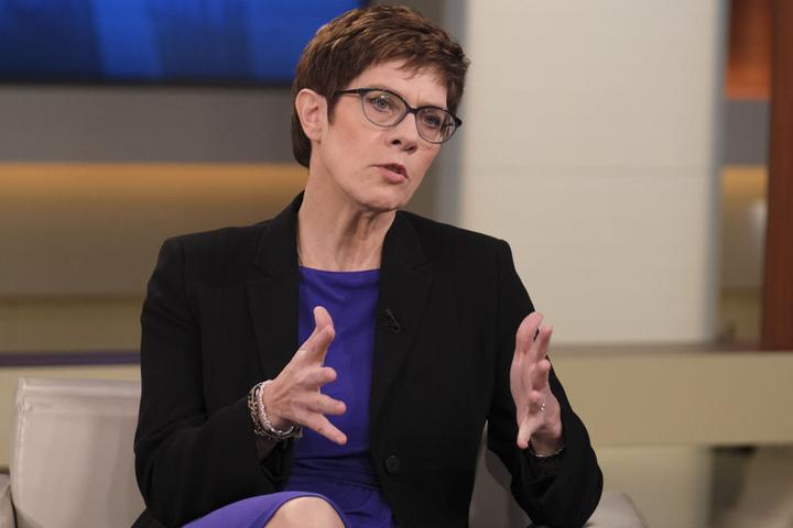 Der Vorwurf von Meuthen gegenüber Kramp-Karrenbauer: Sie würde die Asyl- und Flüchtlingspolitik von Vorgängerin Angela Merkel fortsetzen.