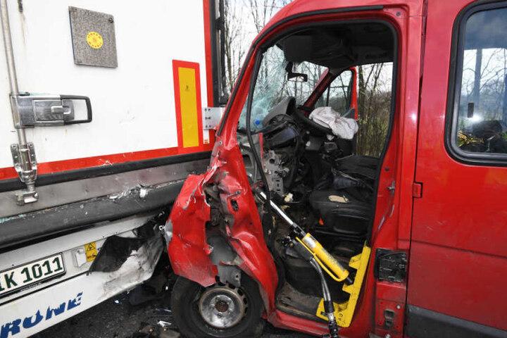 Nachdem die beiden Lkw ineinander krachten, fuhr ein Opel-Fahrer auf den Unfall auf.