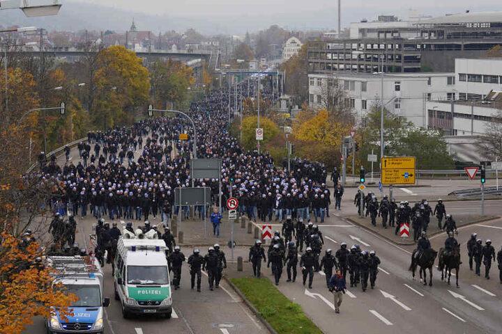 Der Fanmarsch wird aus Untertürkheim von der Polizei begleitet.