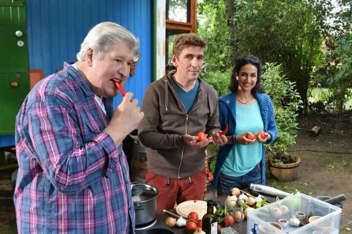 Helmut Krauss (l-r) als Nachbar Paschulke, Guido Hammesfahr alias Fritz Fuchs und Sanam Afrashteh als Yasemin stehen am Set der ZDF-Kinderserie Löwenzahn