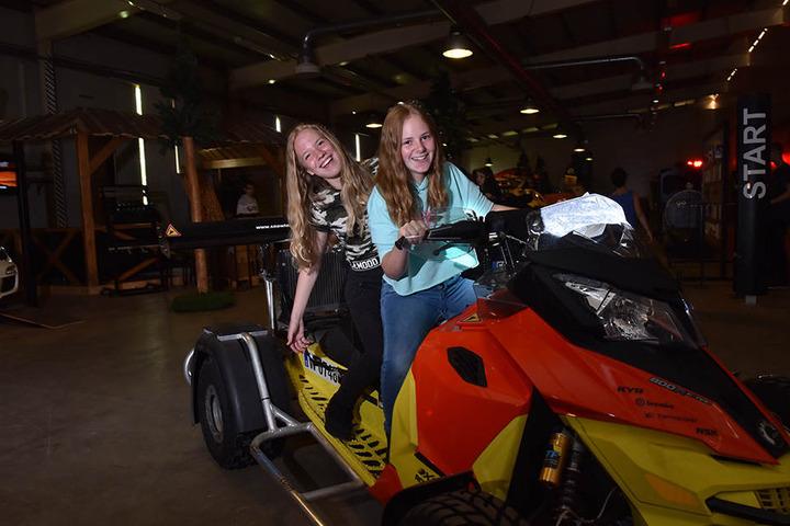 Ferienspaß in Sayda: Lara (l.) und Anna (beide 14) bändigen im Sportcamp ein störrisches Quad.