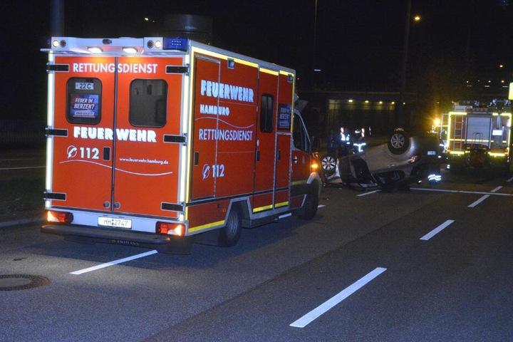 Ein Rettungswagen bringt die verletzte Fahrerin ins Krankenhaus.