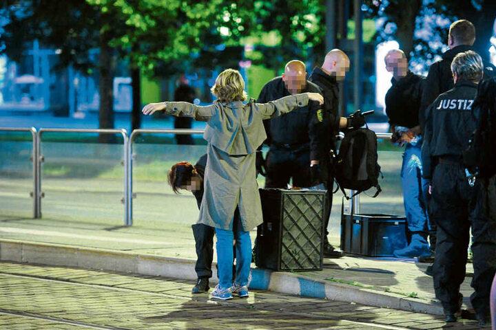 Strenge Kontrollen: Besucher und Medienvertreter, die in den Zuschauerbereich wollten, mussten sich einer Leibesvisitation unterziehen.