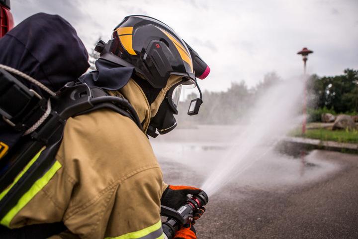Patrick Szymanski (28) von der Feuerwehr Dommitzsch testet den Helm mit  integrierter Wärmebild-Kamera.