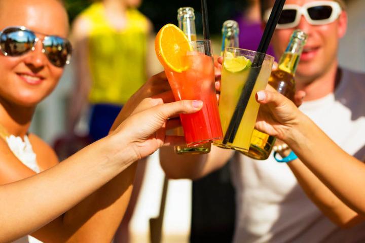 Kühle Getränke gehören genauso zum Strandmatte Open Air wie viele gute Freunde. In diesem Sinne: Prost!