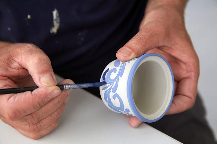 Besucher haben die Möglichkeit, Keramiker bei der Arbeit über die Schulter zu schauen. (Symbolbild)