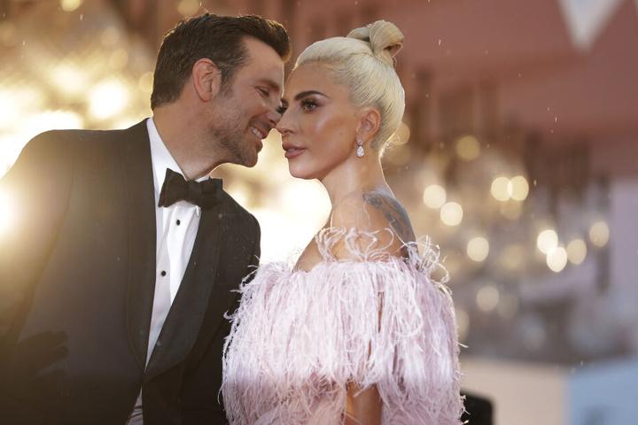 """Bradley Cooper und Lady Gaga bei der Filmpremiere von """"A Star is born""""."""