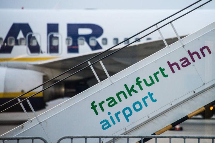Eine Ryanair-Maschine steht auf dem Rollfeld von dem Flughafen Hahn.