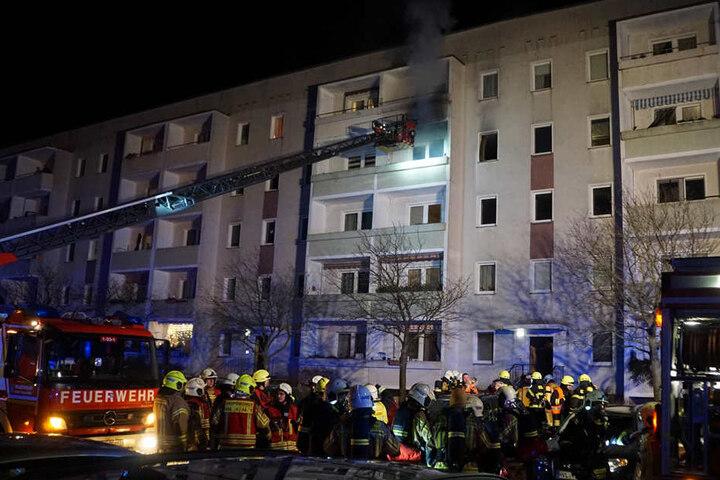 Über eine Drehleiter mussten die Bewohner aus der brennenden Wohnung gerettet werden.
