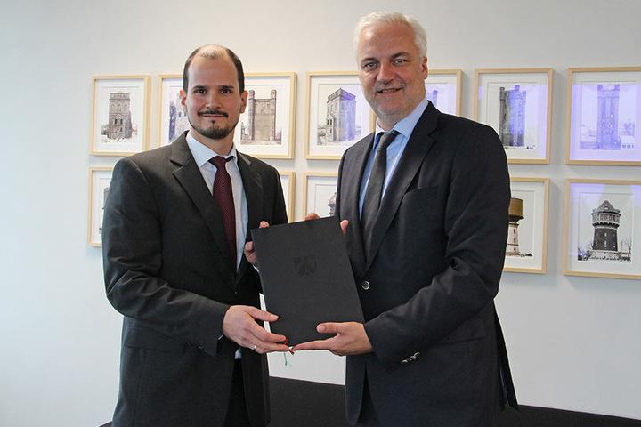 Tourismuschef Markus Backes (l.) erhält den Bescheid für das Geld von NRW-Wirtschaftsminister Garrelt Duin.