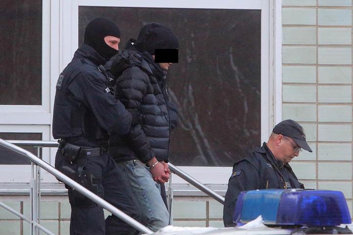 Razzia im Januar in Dresden und weiteren sächsischen Städten: Polizisten nehmen ein mutmaßliches Bandenmitglied fest.