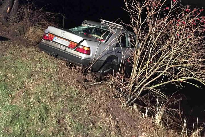 Der Mercedes war erst gegen einen Baum gefahren und dann im Kanal gelandet.